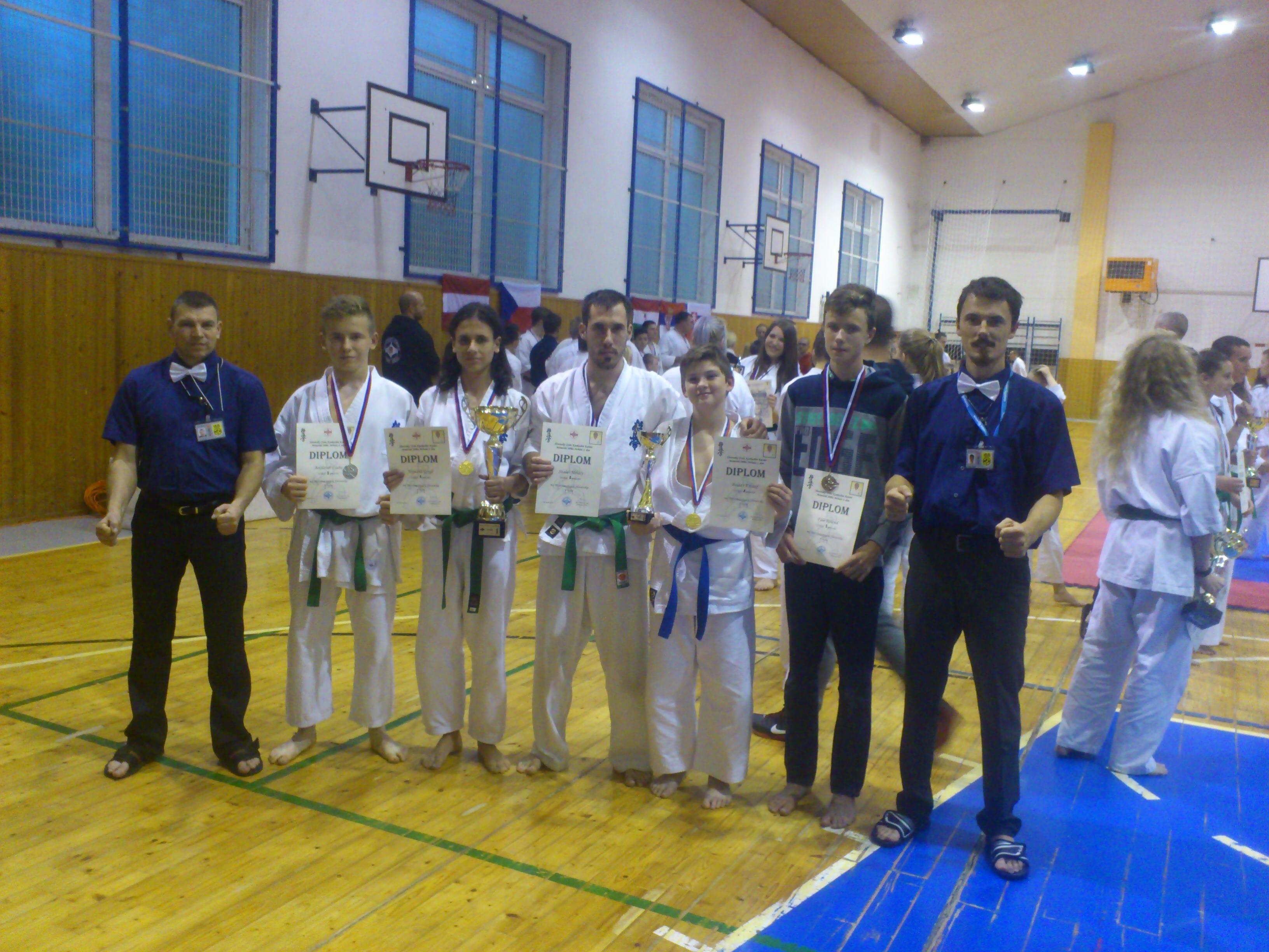 20. Szlovák Bajnokság - Senpai Mrhal Jirí emlékverseny  2017. 10. 28-án Muzla város adott otthont a 20. Szlovák Bajnokságnak, amelyen a Sanbon karate sportegyesület is részt vett. Négy ország karatékái versengtek a bajnoki címekért (Szlovákia, Magyarország, Ausztria és Csehország). Két versenyszámban indulhattak a versenyzők: KATA(formagyakorlat) és KUMITE(küzdelem). A Sanbon sportegyesületből Horváth Gergő a felnőtt zöld öves kategóriában aranyérmet szerzett. Szalai Mihály szintén ebben a kategóriában 2. helyezett lett. Boldizsár Csaba az ifik között ezüstöt szerzett. A vecsési dojonkból Balázs Kristóf arany, míg Füle Roland az ezüstéremnek örülhetett.  Gratulálunk a versenyzőknek ! Hajrá Sanbon S.E. ! :)  Ambrus György